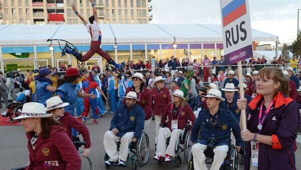Российская паралимпийская сборная во время церемонии подъема флага России в Паралимпийской деревне в Лондоне. Архивное фото