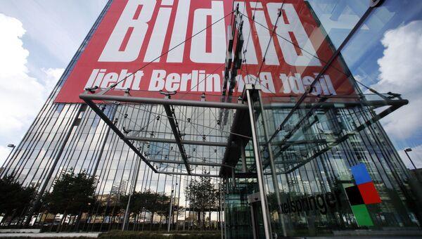 Логотип газеты Bild над входом в издательский дом Axel Springer в Берлине, Германия