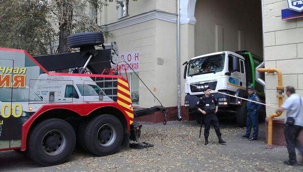 В Москве мусоровоз угодил в яму после провала грунта