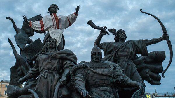 Памятник основателям Киева - братьям Кию, Щеку, Хориву и сестре их Лыбеди на площади Независимости в Киеве