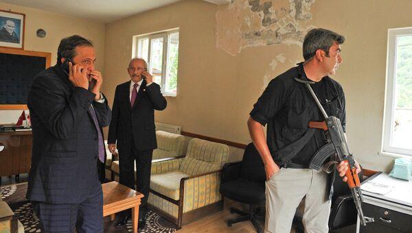 Лидер оппозиционной Народно-республиканской партии Турции Кемаль Кылычдароглу (в центре) после обстрела его автомобиля в провинции Артвин. 25 августа 2016