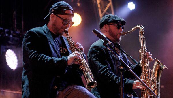 Участники музыкального коллектива Bril Family Дмитрий Бриль и Александр Бриль выступают на фестивале Koktebel Jazz Party