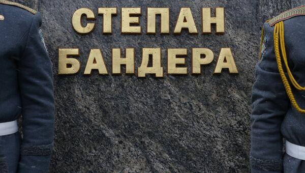 У памятника Степану Бандере во Львове, архивное фото