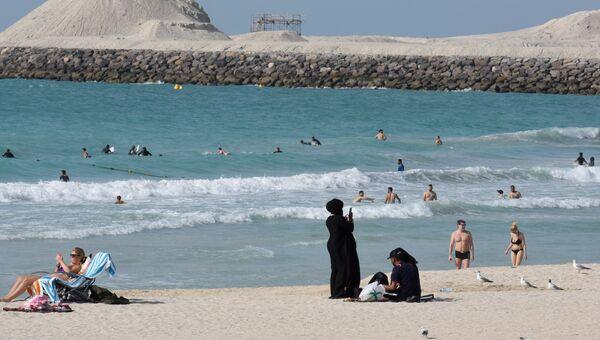 Отдыхающие на пляже, ОАЭ. Архивное фото