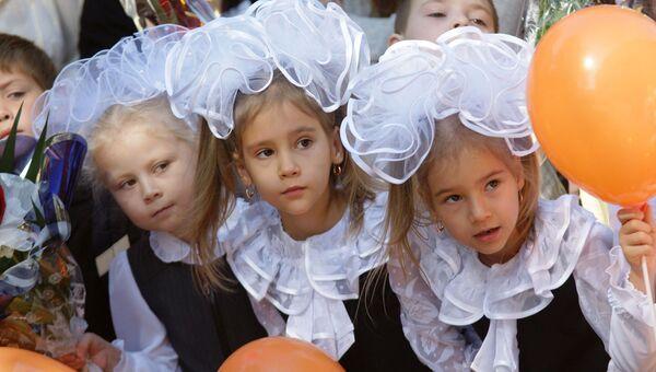 Школьники на праздничной линейке 1 сентября в одной из школ Самары. Архив