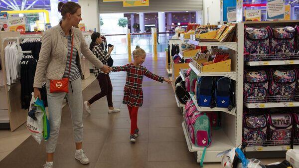 Покупатели в магазине Детский мир в Москве