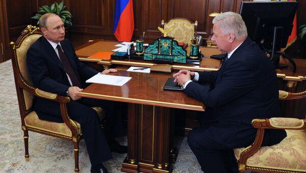 Президент РФ Владимир Путин и председатель Федерации независимых профсоюзов РФ Михаил Шмаков во время встречи в Кремле. 30 августа 2016