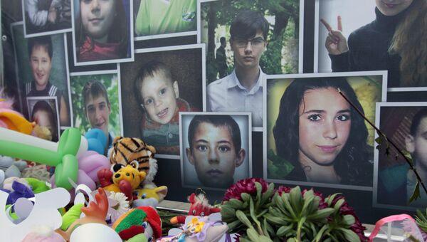 Портреты погибших в результате войны детей Донбасса на памятном мероприятии Они не услышат последний звонок в Донецке