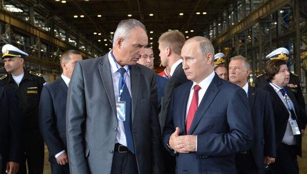 Президент России Владимир Путин и генеральный директор ОАО ДВЗ Звезда во время посещения судостроительного комплекса Звезда. 1 сентября 2016