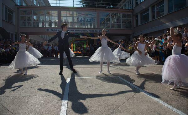 Ученики гимназии № 8 города Сочи выступают во время праздничной линейки, посвященной Дню знаний