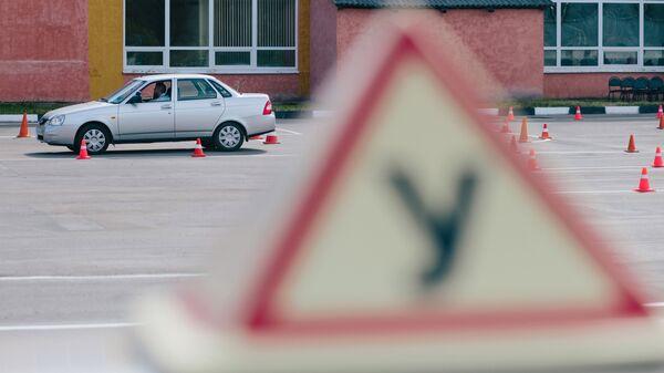 Сотрудник ГИБДД УМВД России по Ивановской области во время демонстрации сдачи практического экзамена по вождению с новым Административным регламентом. Архивное фото