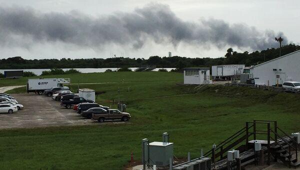 Дым со стороны пусковой платформы SpaceX на мысе Канаверал, Флорида, США. 1 сентября 2016