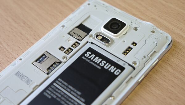 Аккумулятор смартфона Samsung. Архивное фото