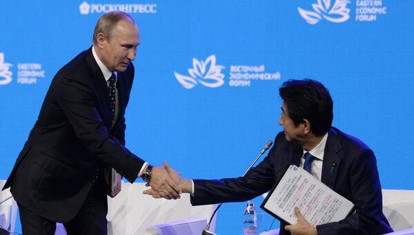 Владимир Путин и Синдзо Абэ на пленарном заседании Открывая Дальний Восток в рамках Восточного экономического форума