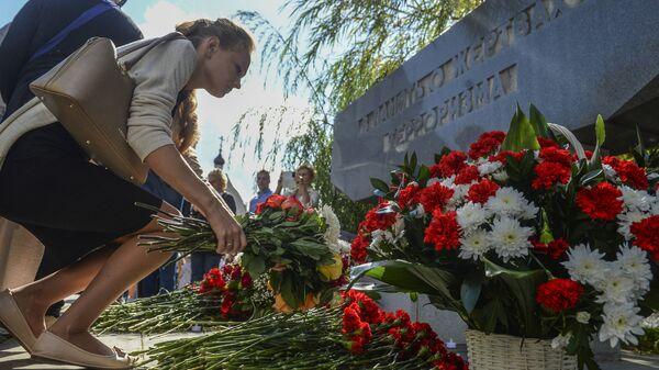 Участница акции в память жертв захвата заложников в Театральном центре на Дубровке в Москве в День солидарности в борьбе с терроризмом