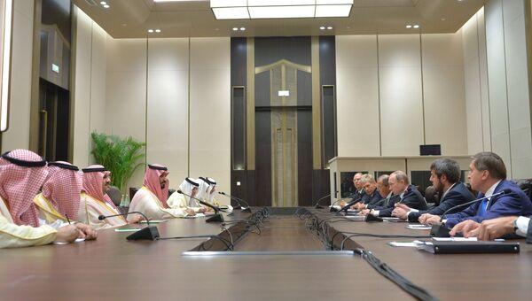 Президент РФ Владимир Путин (третий справа) и заместитель наследного принца королевства Саудовская Аравия и министр обороны Мухаммад бин Салман Аль Сауд (четвертый слева). Архивное фото