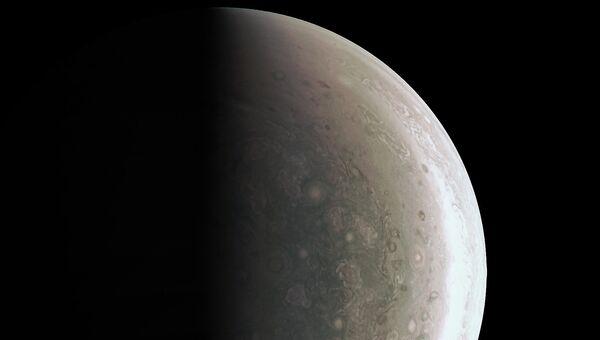 Фотография южного полюса Юпитера, полученная Juno