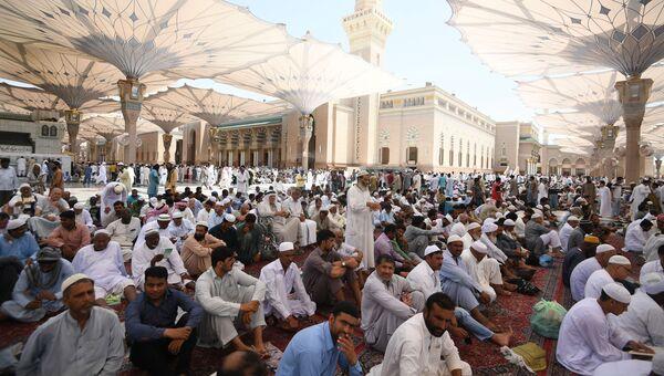 Паломники, совершающие хадж, в городе Медина. Архивное фото