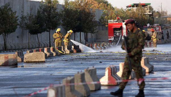 Афганские солдаты на месте теракта у министерства обороны Афганистана в Кабуле. Архивное фото