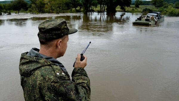 Переправа через реку в селе Кроуновка Приморского края после тайфуна Лайонрок