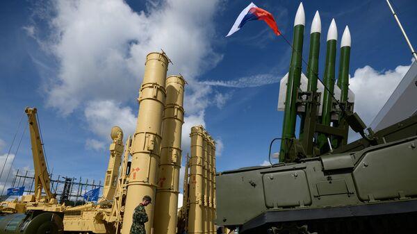 Зенитная ракетная система Антей-2500 и зенитный ракетный комплекс Бук-М2Э на экспозиции форума АРМИЯ-2016