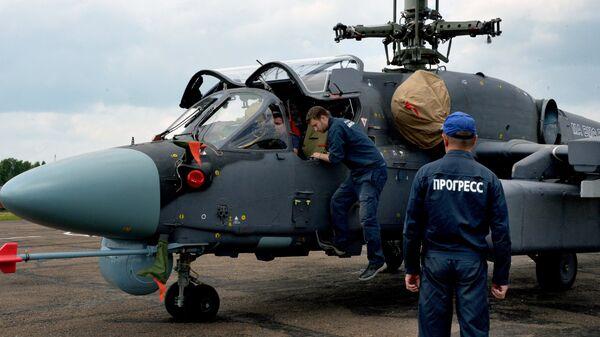 Техники у вертолета Ка-52К Катран