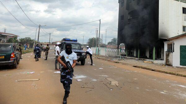 Полицейские во время беспорядков в столице Габона Либревиле