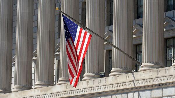 Государственный флаг США на здании министерства торговли в Вашингтоне