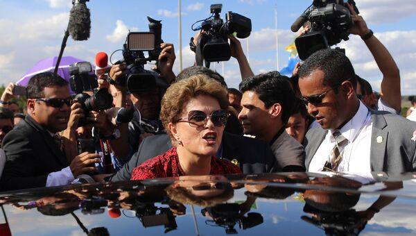 Экс-президент Бразилии Дилма Роуссефф покидает дворец Алворада, официальную резиденцию главы государства. 6 сентября 2016