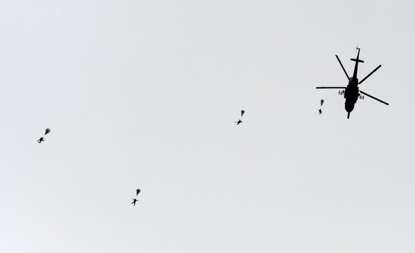 Десантирование с вертолета Ми-8 во время показных учений в Кубинке на Международном военно-техническом форуме АРМИЯ-2016