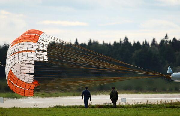 Тормозной парашют многоцелевого истребителя Су-30СМ пилотажной группы Соколы России, принимающего участие в авиационном шоу на аэродроме в Кубинке на Международном военно-техническом форуме АРМИЯ-2016