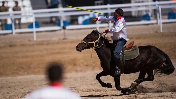 Участник игры в джирит (метание копья на лошадях) на Всемирных играх кочевников-2016