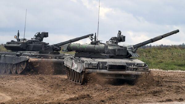 Танки Т-90 (слева) и Т-80У во время демонстрационного показа военной техники на Международном военно-техническом форуме АРМИЯ-2016