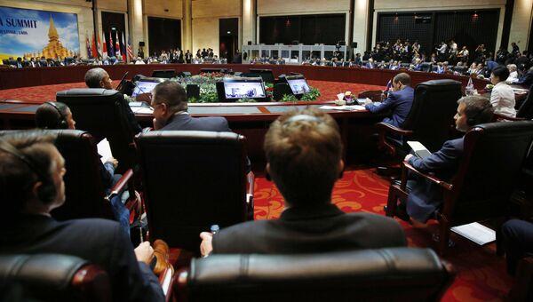 Председатель правительства РФ Дмитрий Медведев и президент США Барак Обама на заседании 11-го Восточноазиатского саммита (ВАС). 8 сентября 2016