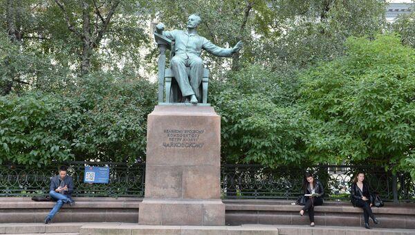 Памятник Чайковскому около здания Московской консерватории