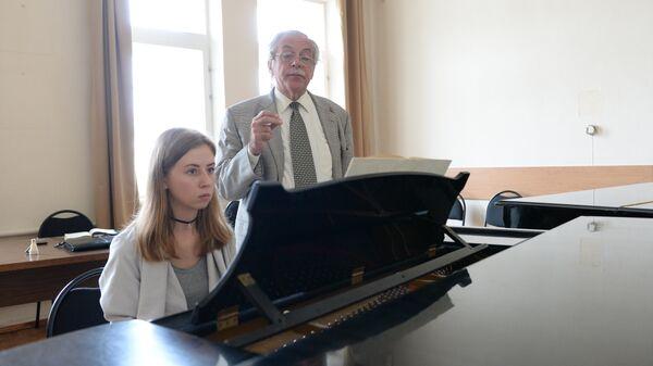Композитор Ю.Евграфов на занятии в классе Шостаковича