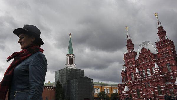Женщина на Красной площади в Москве. Архивное фото