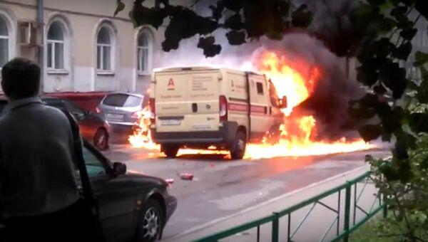 Горящая инкассаторская машина после налета в Москве. Кадр из видео