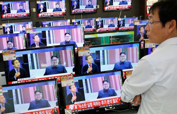 Лидер Северной Кореи Ким Чен Ын на экране телевизора в одном из магазинов бытовой техники в Сеуле, Южная Корея