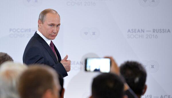 Президент Российской Федерации Владимир Путин на встрече глав делегаций-участников саммита Россия — АСЕАН с представителями Делового форума Россия — АСЕАН
