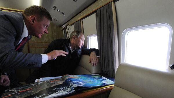 Президент России Владимир Путин и руководитель Федерального дорожного агентства Роман Старовойт во время облета транспортного перехода через Керченский пролив