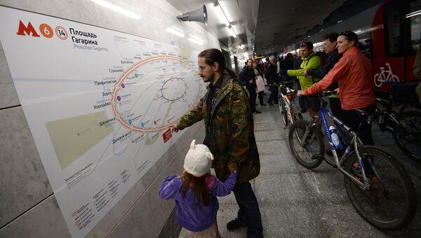Пассажиры на станции Лужники Московского центрального кольца
