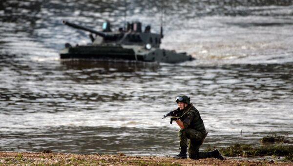 Военнослужащий во время демонстрационного показа военной техники на полигоне Алабино на Международном военно-техническом форуме АРМИЯ-2016