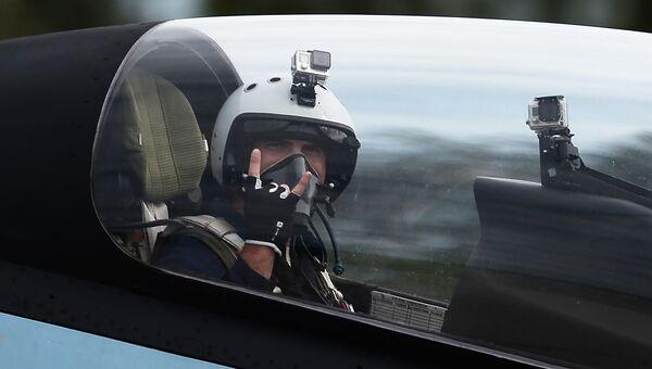 Пилот в кабине многоцелевого истребителя Су-30СМ пилотажной группы Соколы России