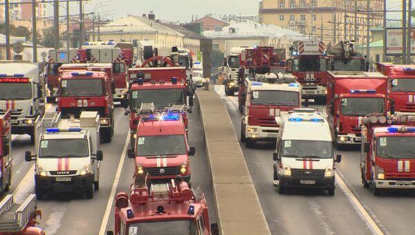 Кареты скорой помощи и эвакуаторы: как прошел парад техники в Москве