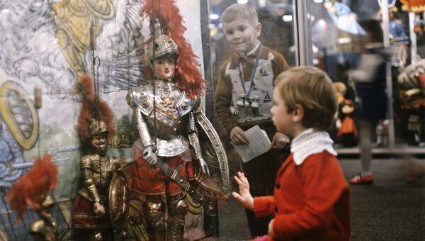 В музее Государственного академического центрального театра кукол под руководством Сергея Образцова. Архивное фото