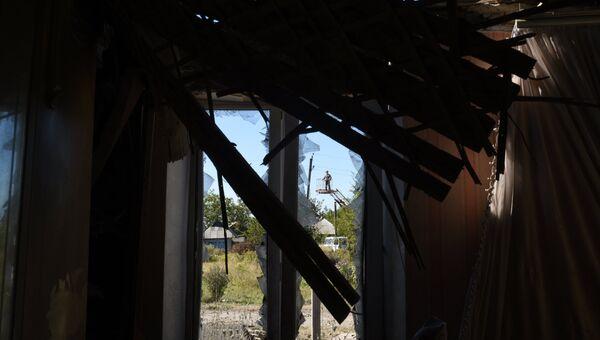 Разрушенный в результате ночного обстрела  дом. Архивное фото