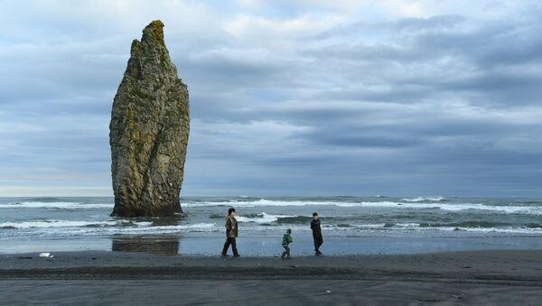 Скала Чёртов палец на берегу Тихого океана на острове Кунашир Большой Курильской гряды