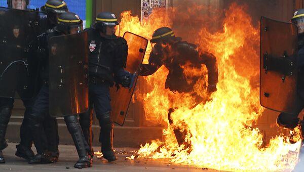 Сотрудники французской полиции в ходе манифестации противников реформы трудового законодательства в Париже