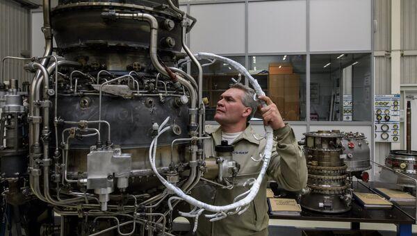Рабочий на участке сборки авиадвигателей. Архивное фото
